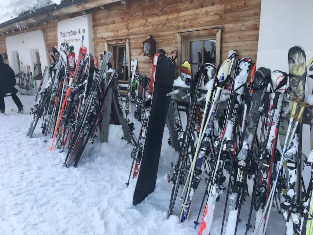 drukte bij skihut in Oostenrijk